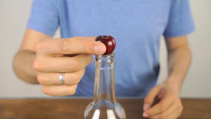 Video: Pune o cireasa pe gura unei sticle. Nici nu-ti imaginezi cat ajutor iti aduce