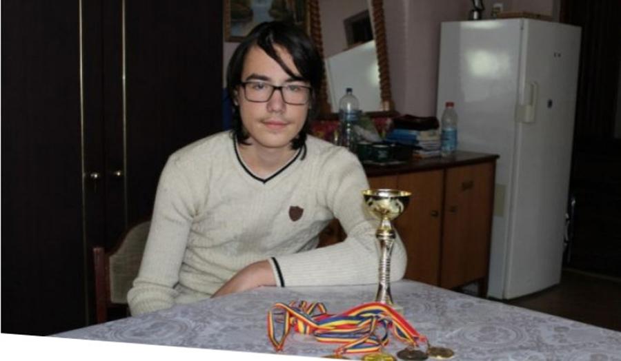 """El este copilul geniu. La 13 ani este matematician si a scris o culegere, insa nu va ramane in Romania: """"Parintii nu aveau bani pentru a inchiria un apartament, dar faceam naveta la scoala"""""""