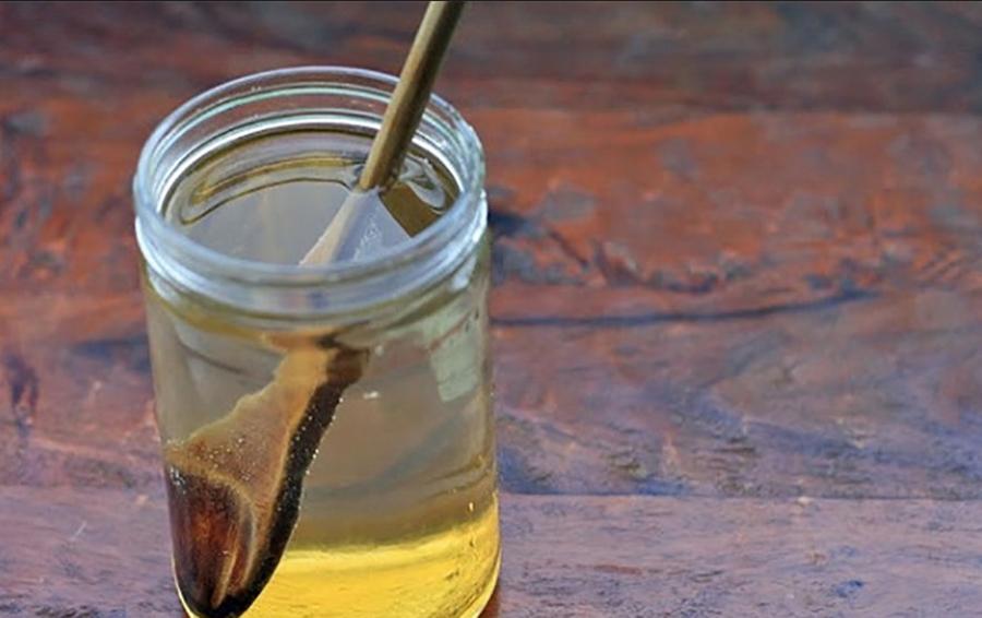 Ce se întâmplă în corpul tu dacă bei apă caldă cu miere și lămâie