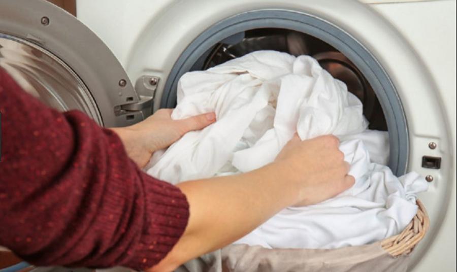 Greşelile pe care le facem când spălăm rufe şi care ne pot strica şi hainele, şi maşina de spălat