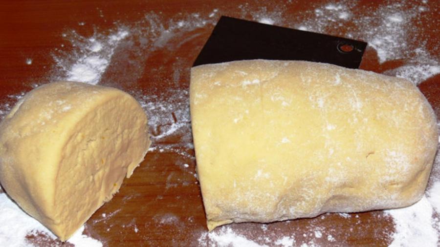 Pentru prepararea Plăcintelor cu brânză, gem sau mere. Rețeta de ALUAT FRAGED mai jos…