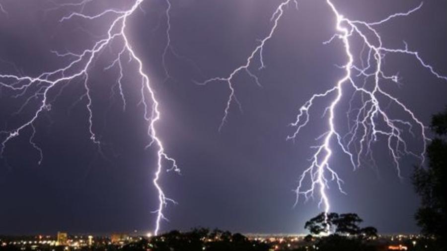 Meteorologii vin cu o noua avertizare! Vor fi ploi torentiale, descarcari electrice si grindina