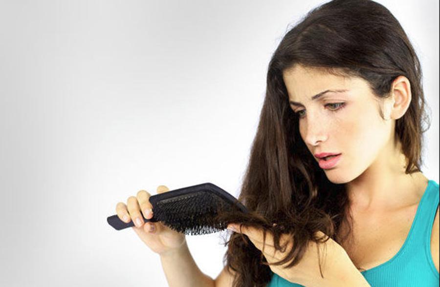 Îţi cade părul? Află care sunt motivele şi ce soluţii ai la îndemână