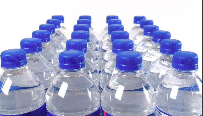 De ce nu este recomandat sa bei din sticla de plastic