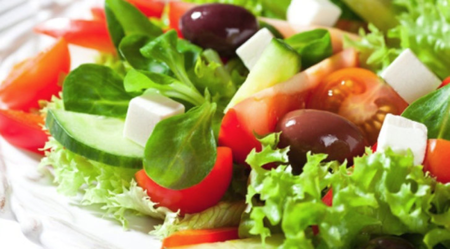 Motivul pentru care persoanele vârstnice trebuie să consume salată