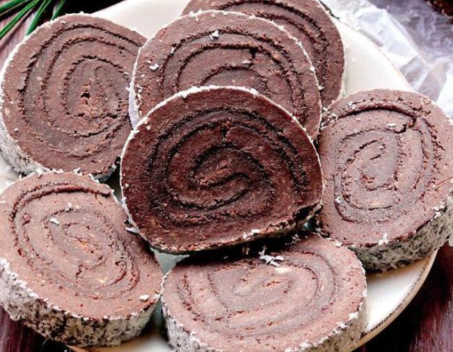 Faceți acasă această ruladă de ciocolată și veți vedea că rulada pe care o cumărați din comerț este o copie palidă a celei făcute în casă