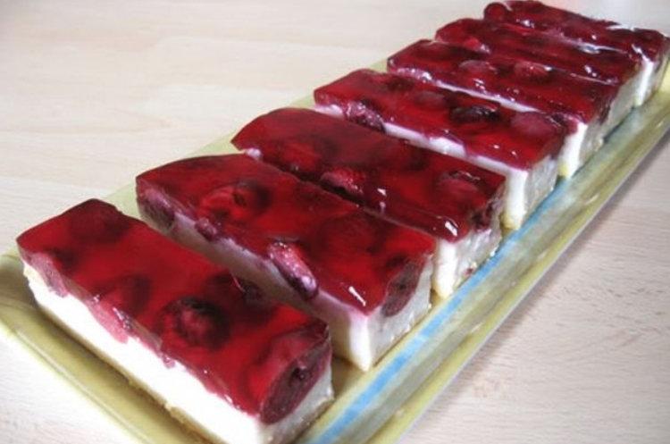 O prajitura cremoasa, vanilata, usor acrisoara – Prajitura cu visine si crema de vanilie