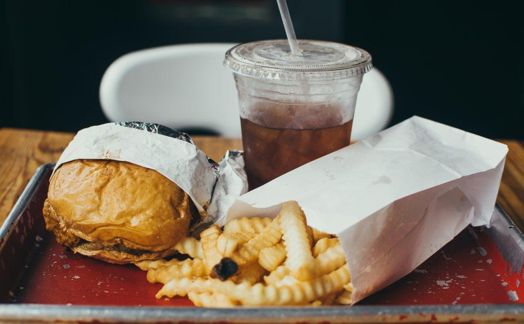 Trăim într-o lume ciudată – jumătate din planetă moare de foame și jumătate de obezitate