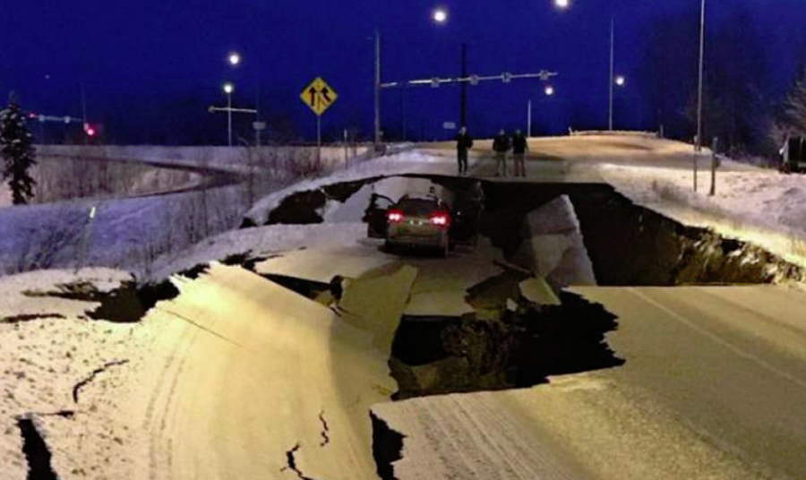 FOTO Imaginile cu un drum din Alaska distrus total de un cutremur și reparat în câteva zile au devenit virale / Drumarii au spus că au lucrat mai încet pentru că e iarnă